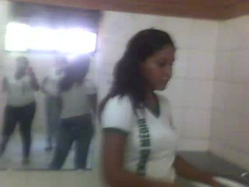Bruna ficando pelada na escola