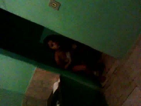 Carolzinha safadinha flagrada no banheiro