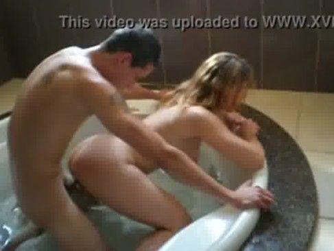 Loira casada dando na banheira