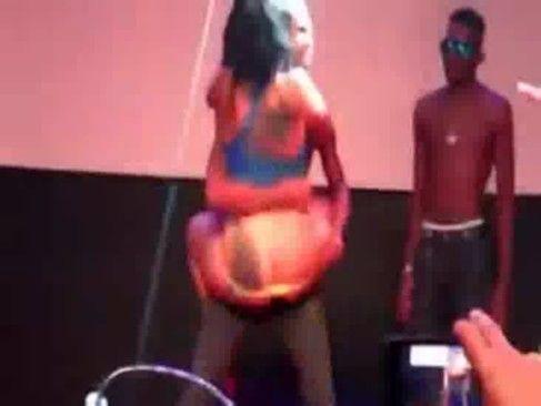 Novinha fica pelada em show de funk