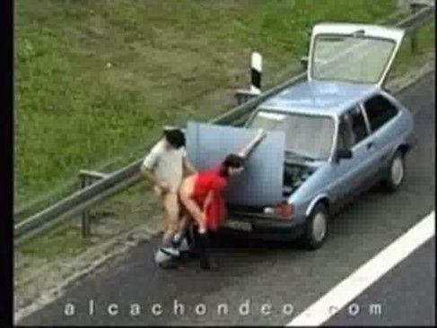 Casal flagrado trepando na estrada