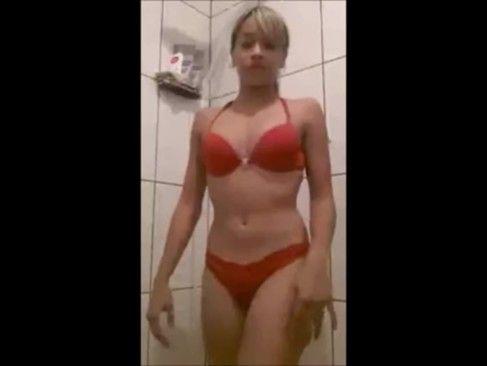 Novinha gostosa tomando banho