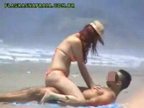 Vadia trepando na praia