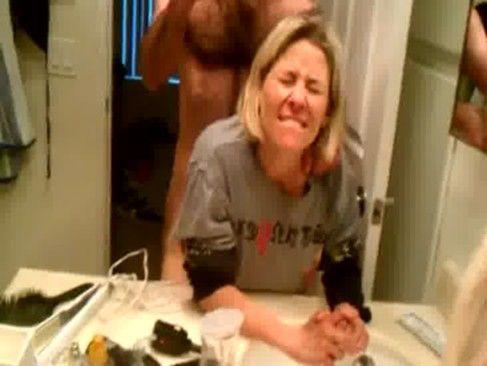 Amante metendo na loira safada no banheiro