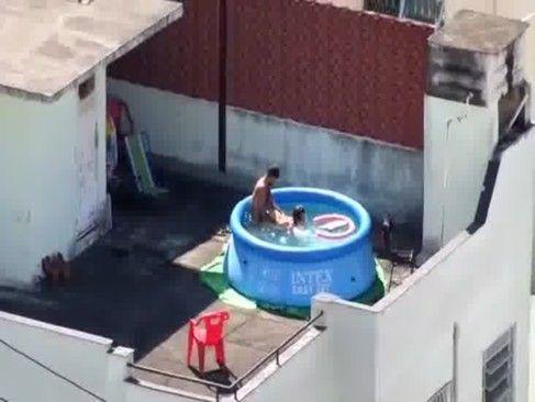 Casal safado fazendo sexo na piscina
