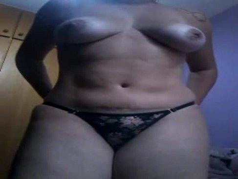 Coroa gostosona se exibindo na webcam