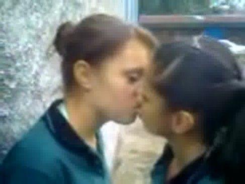 Novinhas se beijando de lingua