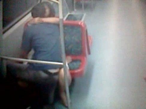 Sexo amador dentro do metro