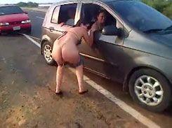 Morena gostosa mijando na beira da estrada