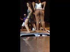 Novinhas vagabundas rebolando em cima do carro