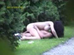 Casal foi flagrado fazendo um sexo gostoso no parque