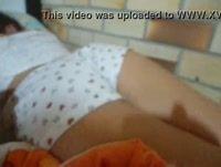 Safado filma sua prima ninfeta dormindo de shortinho