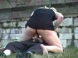 Casal safada fazendo sexo amador em um parque