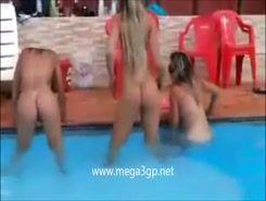Gostosas mostrando suas bucetinhas na piscina