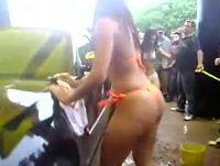 Novinhas gostosas lavando carros so de calcinha