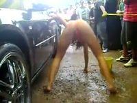 Gostosas lavando carro em evento automotivo