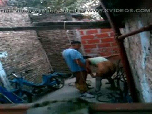 Gostosa traindo seu marido no quintal