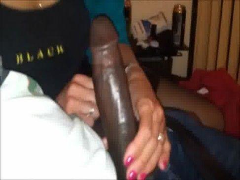Amadora chupando um cacete enorme