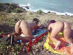 Casadas safadas se exibindo em uma praia