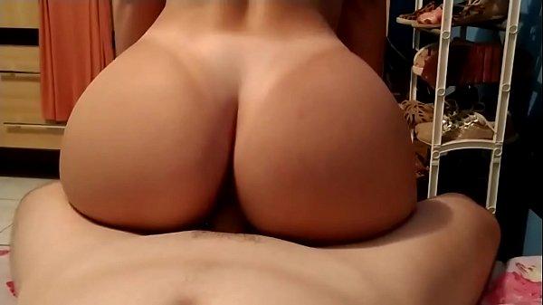 Mulher gostosa sentando na rola grande
